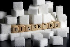 Viele Zuckerstückchen umgeben Holzwürfel , die das Wort Diabetes bilden